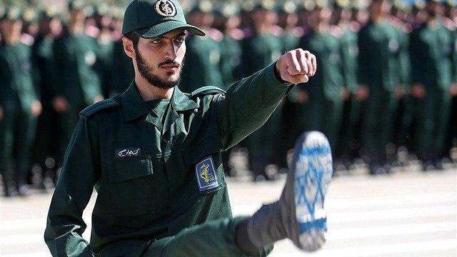 Un soldado iraní muestra la bandera israelí dibujada en la suela de su zapato (Foto: Reuters)