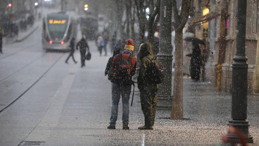 Clima invernal trae nieve a Jerusalem por primera vez en años