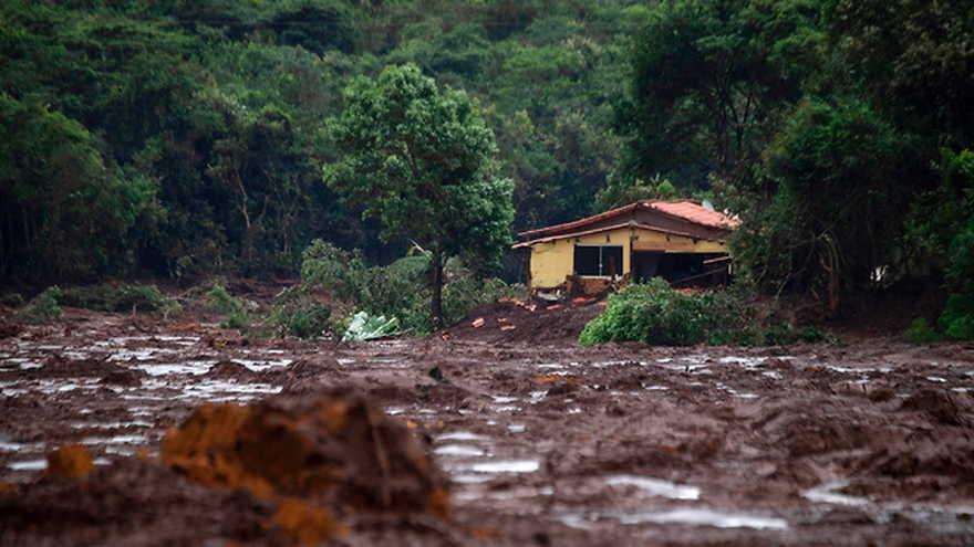 El daño causado por el colapso de la presa (Foto: AFP)