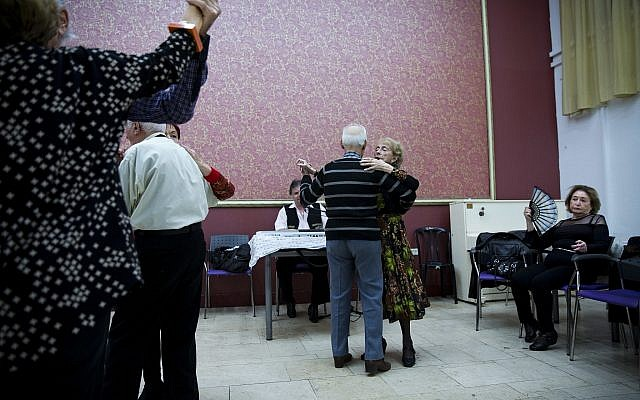 Los sobrevivientes del Holocausto bailan durante una reunión social semanal en el centro cultural y comunitario de Café Europa en Ramat Gan, Israel, un día antes de que Israel comience el Día de Conmemoración anual del Holocausto, el 10 de abril de 2018. (AP Photo / Oded Balilty)