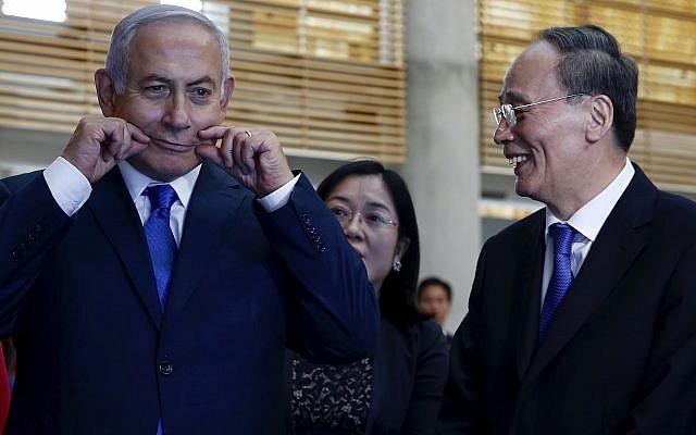 El vicepresidente de China, Wang Qishan, a la derecha, se ríe cuando el primer ministro Benjamin Netanyahu hace una mueca mientras recorren la Cumbre de la Innovación Israelí en Jerusalén, el 24 de octubre de 2018. (AP Photo / Ariel Schalit, Pool)