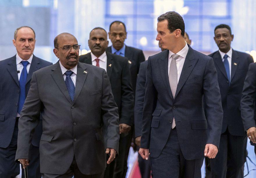 El presidente sirio Bashar Assad, a la izquierda, se reúne con el presidente de Sudán, Omar al-Bashir, en Damasco, Siria, el 16 de diciembre de 2018, en Damasco. (La agencia oficial de noticias siria, SANA a través de AP)