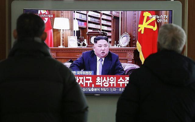 """La gente ve noticias de televisión en una pantalla que muestra el discurso de Año Nuevo del líder norcoreano, Kim Jong Un, en la estación de tren de Seúl, en Seúl, Corea del Sur, el martes 1 de enero de 2019. Las letras en la pantalla dicen: """"El líder norcoreano, Kim Jong El discurso de Año Nuevo de la ONU """". El líder norcoreano, Kim, dice que espera ampliar su cumbre nuclear de alto nivel con el presidente Donald Trump en 2019, pero también advierte a Washington que no ponga a prueba la paciencia de los norcoreanos con las sanciones y la presión. (Foto AP / Ahn Young -junto"""