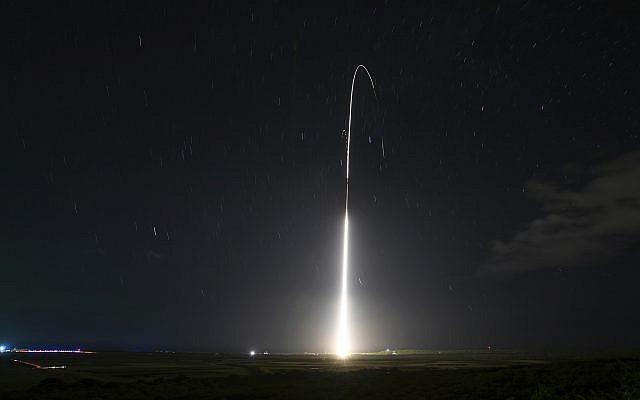 su foto de archivo del 10 de diciembre de 2018, proporcionada por la Agencia de Defensa de Misiles (MDA) de EE. UU., muestra el lanzamiento del sistema de pruebas de defensa de misiles Aegis, con base en tierra, del Ejército de EE. UU., que luego interceptó un misil balístico de rango intermedio, desde el misil del Pacífico. Instalación de la gama en la isla de Kauai en Hawaii. (Mark Wright / Agencia de Defensa de Misiles a través de AP)