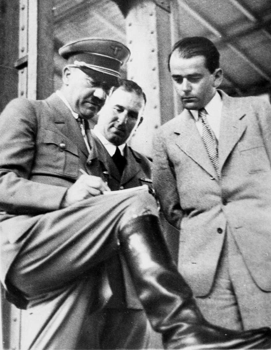 El canciller alemán Adolf Hitler, a la izquierda, discute los planes para construir un salón de convenciones en Nuremberg con el alcalde Willy Liebel, centro, y Albert Speer en Nuremberg, Alemania, 19 de febrero de 1937, (Foto AP, archivo)
