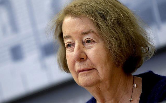 Hilde Schramm, hija del arquitecto de Hitler, Albert Speer, recibe el premio de historia judía por una fundación que fundó para apoyar los proyectos culturales de mujeres judías. 21 de enero de 2019. (Foto AP / Michael Sohn)