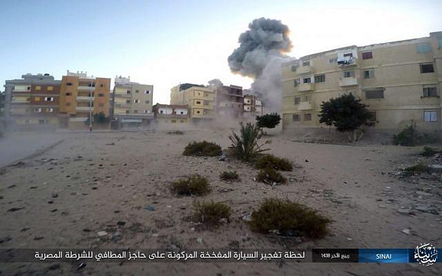 Una explosión durante un ataque a un puesto de control de la policía egipcia en el-Arish, norte de Sinaí, Egipto, el 9 de enero de 2017. (Grupo de Estado Islámico en Sinaí / AP)