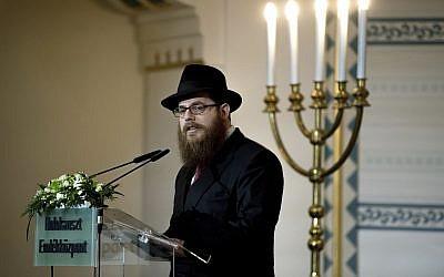 Slomo Koves, rabino jefe de la Congregación Israelí Unificada de Hungría (EMIH), afiliada a Jabad, habla durante una conmemoración con motivo del Día de Conmemoración de las víctimas húngaras del Holocausto en el Centro Conmemorativo del Holocausto en Budapest, Hungría, el 19 de abril de 2017. (Szilard Koszticsak / MTI vía AP)