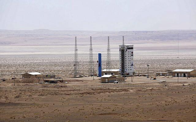 Ilustrativo: esta imagen, publicada por el sitio web oficial del Ministerio de Defensa de Irán el jueves 27 de julio de 2017, afirma mostrar el centro del cohete satelital Simorgh, antes de ser lanzado al espacio desde el Centro Nacional del Espacio Imam Khomeini en un lugar no revelado. Corrí. (Ministerio de Defensa iraní a través de AP)
