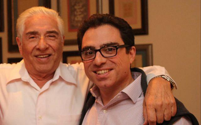Esta foto, sin fecha, publicada y publicada por Babak Namazi, hermano de Siamak Namazi e hijo de Baquer Namazi, muestra a Baquer Namazi, izquierda, ya su hijo Siamak en un lugar no identificado. (Babak Namazi a través de AP)