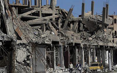 En esta foto del jueves 5 de abril de 2018, escombros de edificios se alinean en una calle que fue dañada durante los enfrentamientos entre combatientes de las Fuerzas Democráticas Sirias respaldados por Estados Unidos y militantes del Estado Islámico, en Raqqa, Siria. (AP / Hussein Malla)