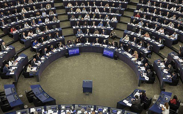 Los miembros del Parlamento Europeo participan en una votación en Estrasburgo, este de Francia, 12 de septiembre de 2018. (Foto AP / Jean-Francois Badias)