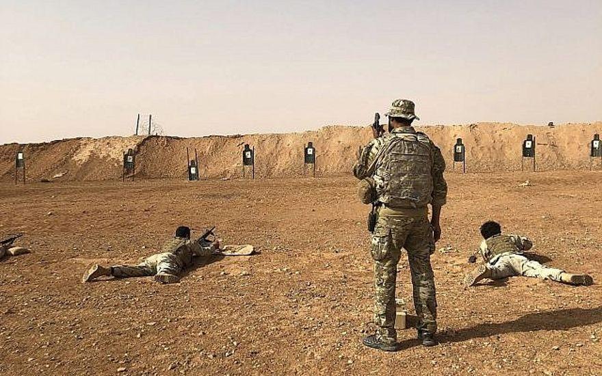 Los miembros del grupo de oposición sirio Maghawir al-Thawra reciben entrenamiento con armas de fuego de los soldados de las Fuerzas Especiales del Ejército de EE. UU. en el puesto militar de al-Tanf en el sur de Siria el 22 de octubre de 2018. (AP / Lolita Baldor)
