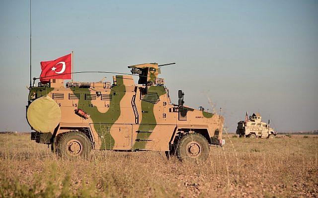 En una foto del 1 de noviembre de 2018, las tropas turcas y estadounidenses realizan patrullas conjuntas alrededor de la ciudad siria de Manbij, como parte de un acuerdo que apunta a aliviar las tensiones entre los dos aliados de la OTAN. (Ministerio de Defensa turco a través de AP, Pool)
