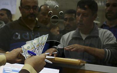 Los empleados del gobierno de Hamas esperan recibir el 60 por ciento de sus salarios atrasados, en la oficina principal de correos de Gaza, en la ciudad de Gaza, el 9 de noviembre de 2018. (AP Photo / Adel Hana)