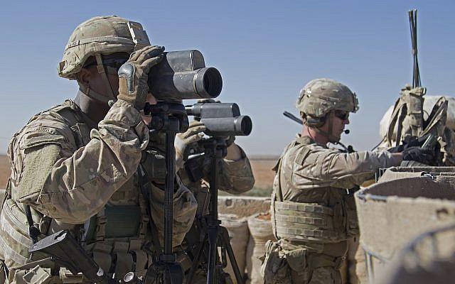 En esta foto del 1 de noviembre de 2018 lanzada por el Ejército de los EE. UU., Los soldados vigilan el área durante una patrulla en Manbij, Siria (foto del Ejército de EE. UU. Por la Zp. Zoe Garbarino a través de AP)