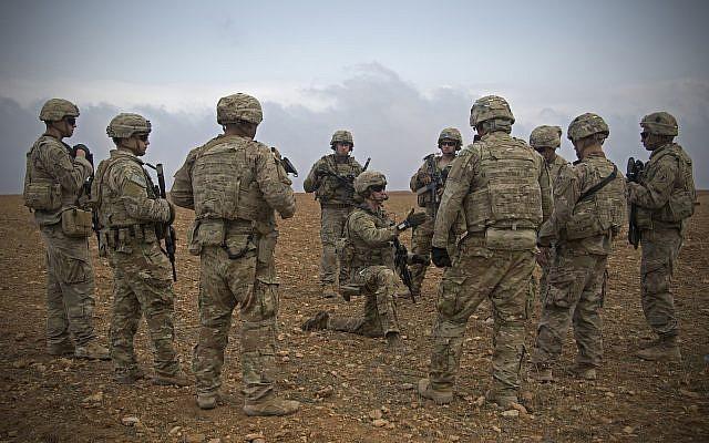 En esta foto del 7 de noviembre de 2018 lanzada por el Ejército de los EE. UU., Los soldados de EE. UU. Se reúnen durante un ensayo conjunto de patrullas conjuntas en Manbij, Siria (foto del Ejército de EE. UU. Por la Ze. Zoe Garbarino a través de AP)