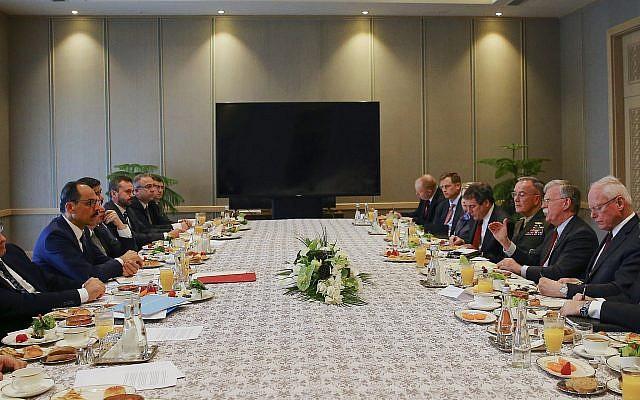 John Bolton, asesor de seguridad nacional de los Estados Unidos, segunda derecha y su homólogo turco y asesor principal del presidente Recep Tayyip Erdogan, ibrahim Kalin, izquierda, encabezan sus delegaciones durante una reunión en el Palacio Presidencial en Ankara, Turquía, el 8 de enero de 2019. (Prensa presidencial Servicio vía AP, Pool)