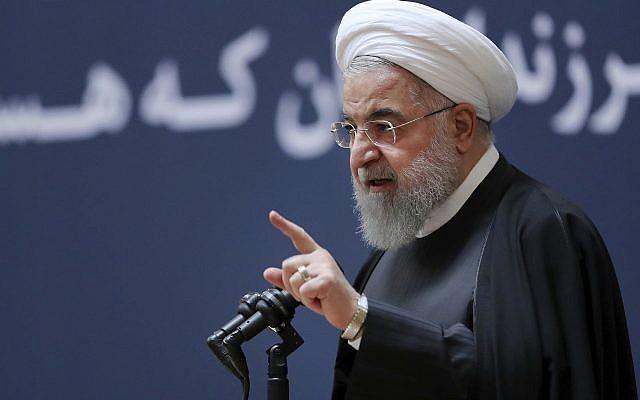 El presidente Hassan Rouhani habla en una ceremonia para conmemorar el segundo aniversario de la muerte del ex presidente iraní Akbar Hashemi Rafsanjani, en Teherán, Irán, el 10 de enero de 2019. (Oficina de la Presidencia iraní a través de AP)