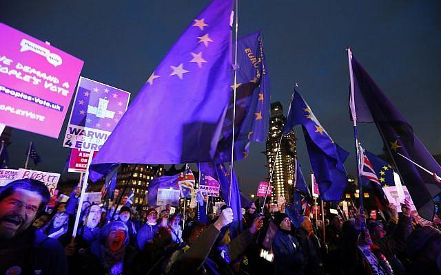 Los manifestantes pro-europeos sostienen banderas de la UE en la Plaza del Parlamento en Londres, 15 de enero de 2019. (Foto AP / Frank Augstein)