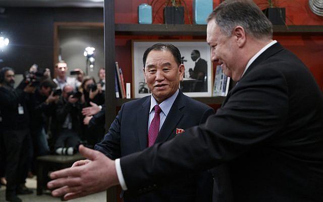 El secretario de Estado de los EE. UU., Mike Pompeo, a la derecha, y Kim Yong Chol, un alto funcionario del partido gobernante norcoreano y ex jefe de inteligencia, caminan desde una oportunidad fotográfica en el Hotel Dupont Circle en Washington, 18 de enero de 2019 (Foto AP / Carolyn Kaster)