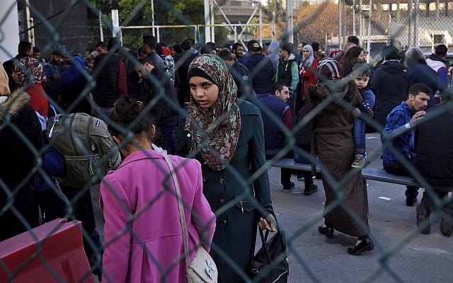 Los refugiados sirios esperan para abordar un autobús para llevarlos a casa a Siria, en el suburbio norteño de Bejut, Burj Hammoud, Líbano, 24 de enero de 2019. (Foto AP / Bilal Hussein)