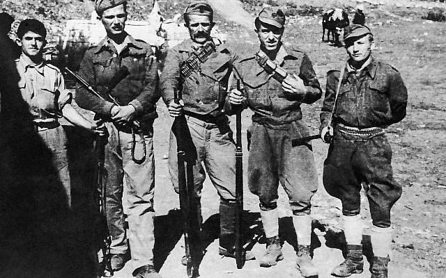Ilustrativo: Una escolta armada de la misión militar británica en Albania en una foto sin fecha. La mayoría de ellos han estado luchando desde que los italianos aterrizaron en 1939. (Foto AP)