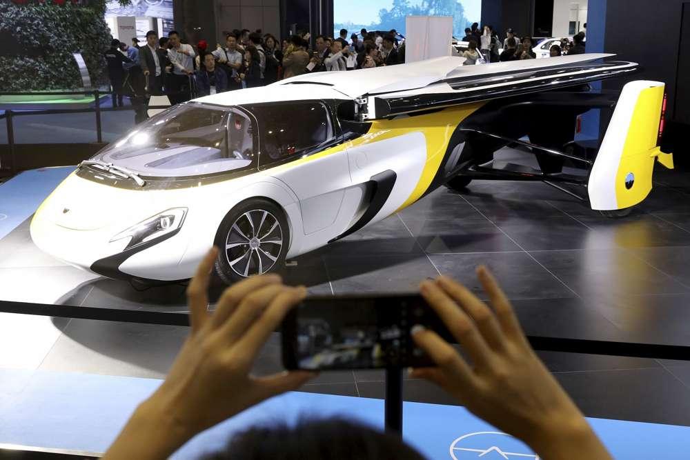 Ilustrativo: Un visitante toma una foto del Aeromobil, un auto volador de Eslovaquia, durante la Exposición Internacional de Importaciones de China en Shanghai, el lunes 5 de noviembre de 2018. (AP Photo / Ng Han Guan)
