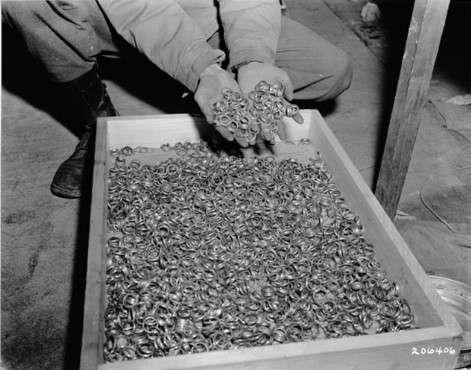 Ilustrativo: anillos de oro confiscados de prisioneros del campo de concentración de Buchenwald.(Dominio público / Wikimedia)