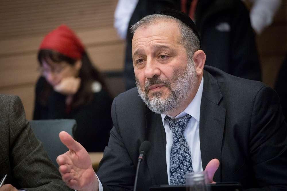 El ministro del Interior, Aryeh Deri, habla en una reunión del Comité de Asuntos del Interior sobre la deportación de solicitantes de asilo africanos en la Knesset, el 29 de enero de 2018. (Alster / Flash 90)