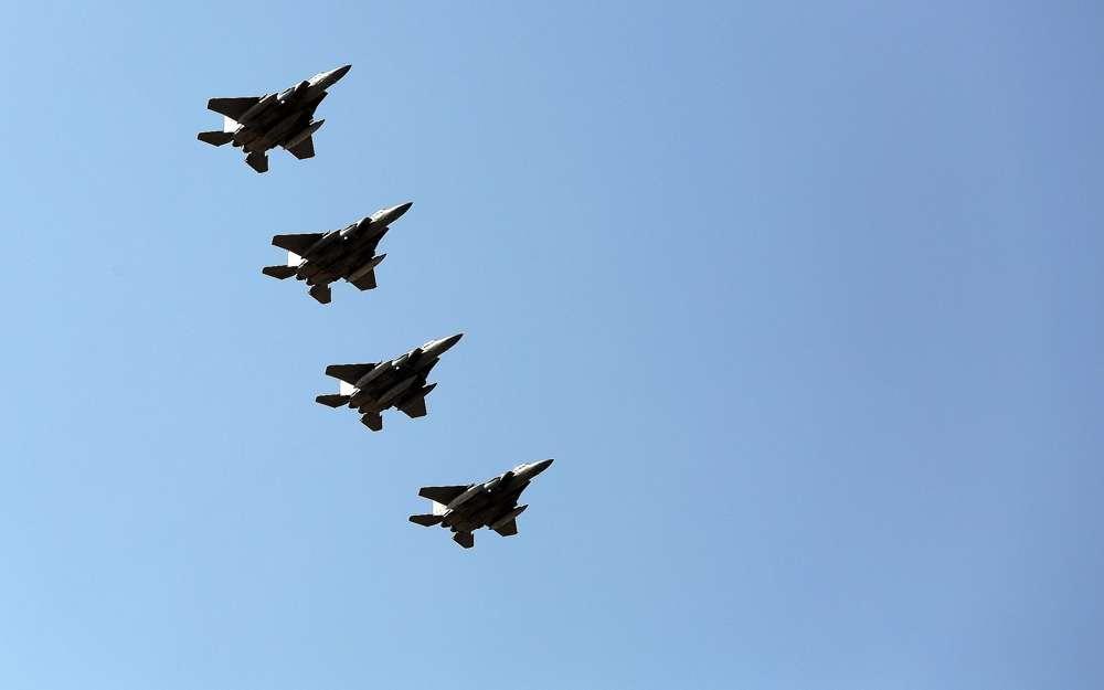 Los aviones de combate sauditas vuelan sobre la base aérea de Incirlik cerca de Adana, sur de Turquía, el 26 de febrero de 2016. (Foto AP)