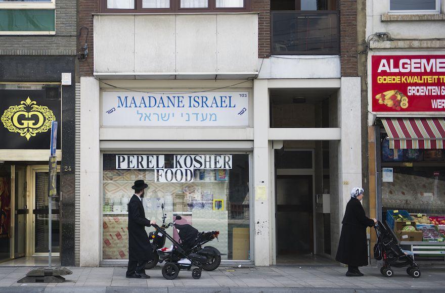 Miembros de la comunidad judía belga vistos caminando por las calles en el barrio judío de Amberes, Bélgica, el 7 de agosto de 2014. (Johanna Geron / FLASH 90)