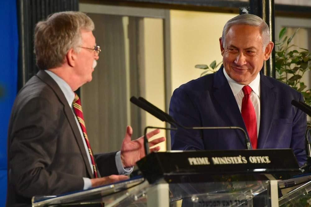 El primer ministro Benjamin Netanyahu (derecha) con el asesor de seguridad nacional de los EE. UU., John Bolton, durante una declaración a los medios de comunicación después de su reunión en Jerusalem, el 6 de enero de 2019. (Matty Stern / Embajada de EE. UU., Jerusalén)