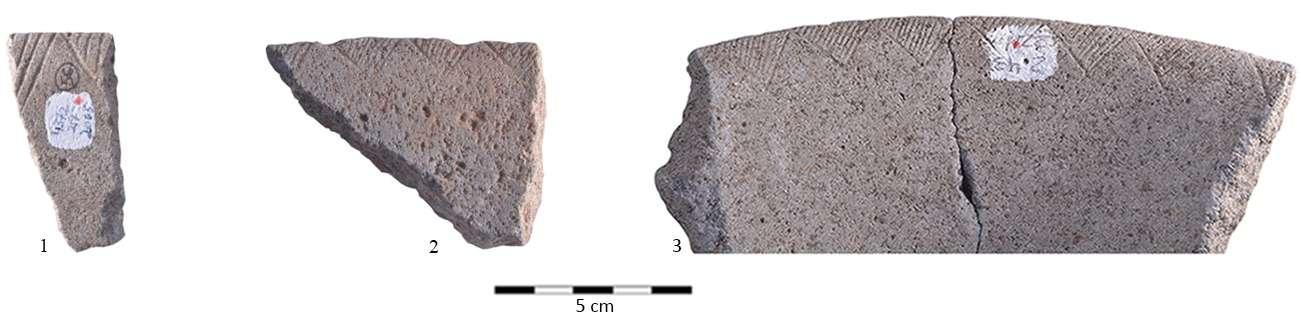 """Ejemplos del """"código triangular"""" unificado calcolítico.(Equipo de excavación de la Universidad de Haifa)"""