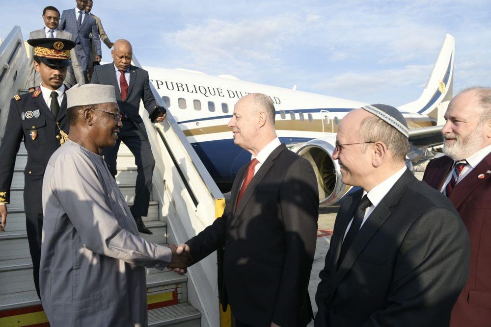 El Presidente Idriss Deby de Chad (L) es recibido en el aeropuerto Ben Gurion por el Ministro de Cooperación Regional Tzachi Hanegbi (C) y el Asesor de Seguridad Nacional Meir Ben Shabbat, 25 de noviembre de 2018. (Avi Hayon / Ministerio de Relaciones Exteriores)