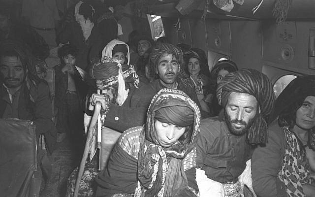 Inmigrantes de Irak poco después de aterrizar en el aeropuerto de Lod, verano de 1951 (Teddy Brauner, GPO)
