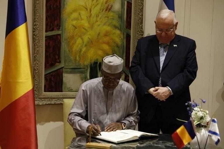El presidente israelí, Reuven Rivlin, permanece de pie mientras su homólogo chadiano, Idriss Deby, firma el libro de visitas a su llegada al recinto presidencial en Jerusalem el 25 de noviembre de 2018. (Gali TIBBON / AFP)