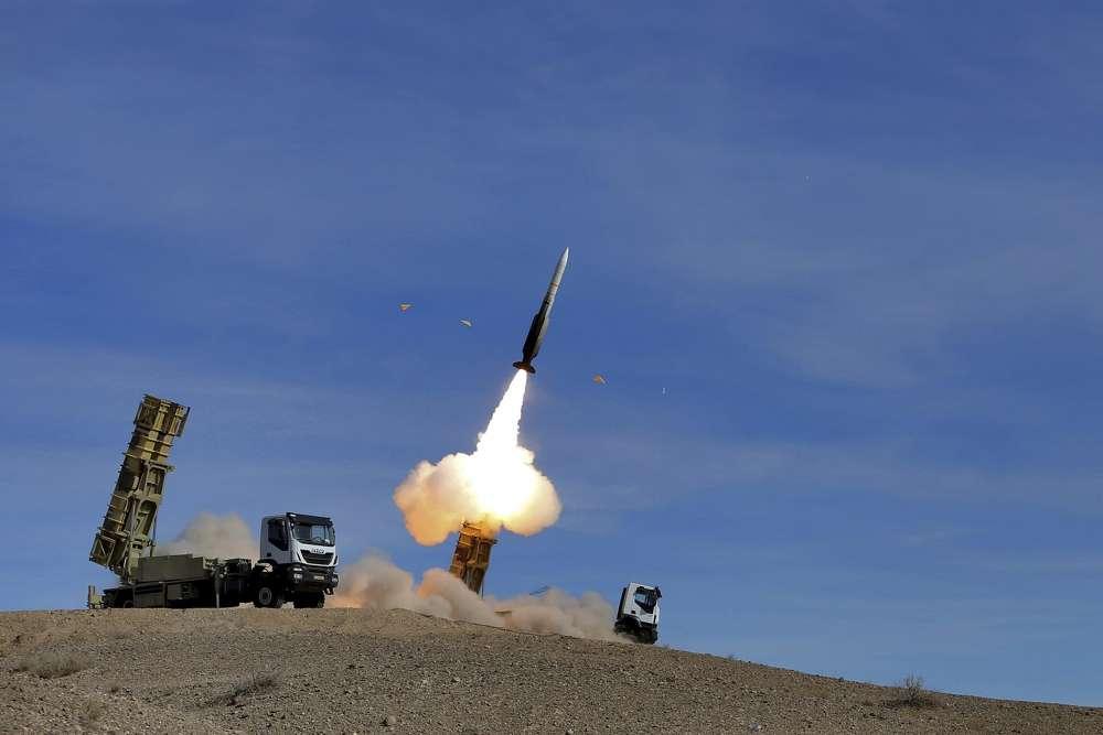 En esta foto proporcionada por el ejército iraní el 5 de noviembre de 2018, el sistema de defensa aérea Talash dispara un misil Sayyad 2 durante los simulacros en un lugar no revelado en Irán.(Ejército iraní a través de AP)