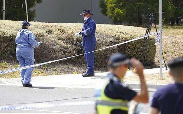 Los investigadores de la policía trabajan en la escena el 16 de enero de 2019, donde se encontró el cuerpo de la estudiante israelí Aiia Maasarwe en Melbourne, Australia.(Stefan Postles / Imagen AAP vía AP)