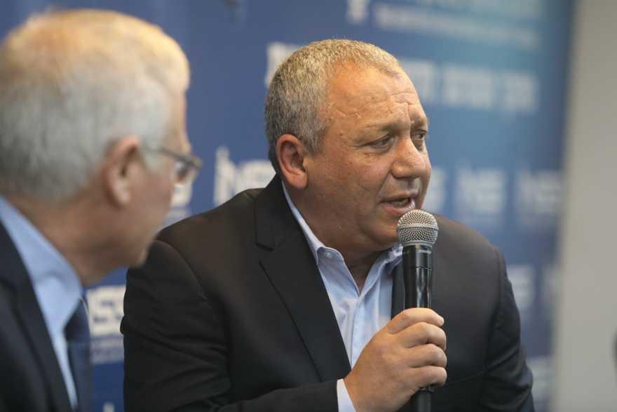 El ex jefe de personal de las FDI Gadi Eisenkot, a la derecha, es entrevistado por Amos Yadlin en la conferencia anual del Instituto de Estudios de Seguridad Nacional en Tel Aviv el 27 de enero de 2019. (INSS)