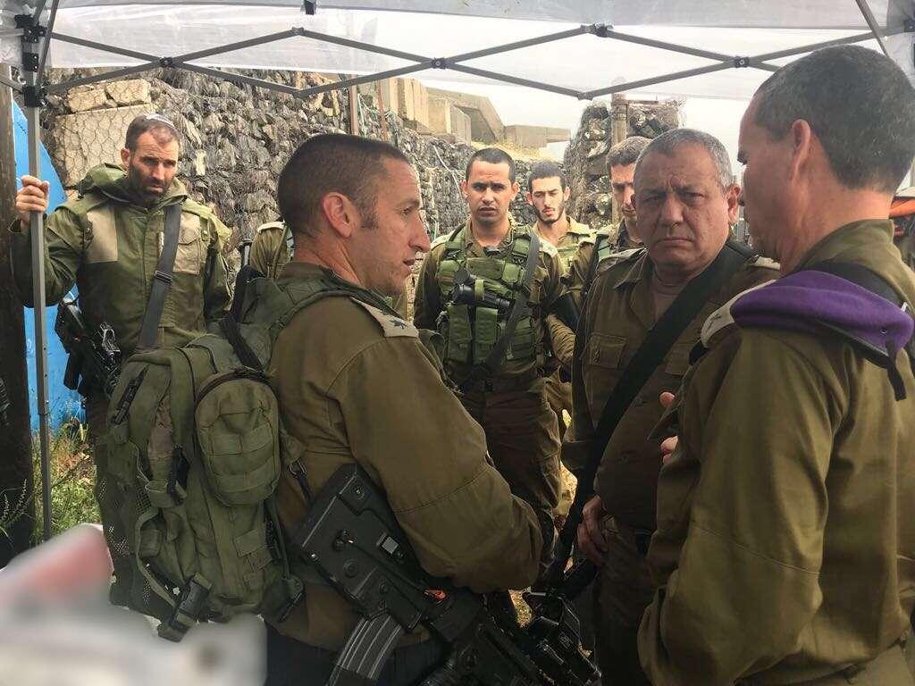 El jefe de las FDI Gadi Eisenkot, centro derecha, se reúne con altos oficiales del Comando del Norte en medio de las preocupaciones sobre un posible ataque con misiles iraníes contra el norte de Israel el 9 de mayo de 2018. (Fuerzas de Defensa de Israel)