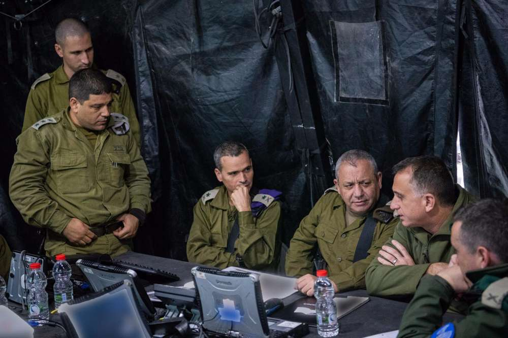 Desde la derecha, el jefe de Inteligencia Militar Tamir Hyman, a la derecha, el Jefe de Estado Mayor de las FDI Gadi Eisenkot, jefe del Comando Norte de las FDI Yoel Strick visitó a los soldados que buscaban túneles de ataque de Hezbolá en la frontera israelí-libanesa el 4 de diciembre de 2018. (Fuerzas de Defensa de Israel)