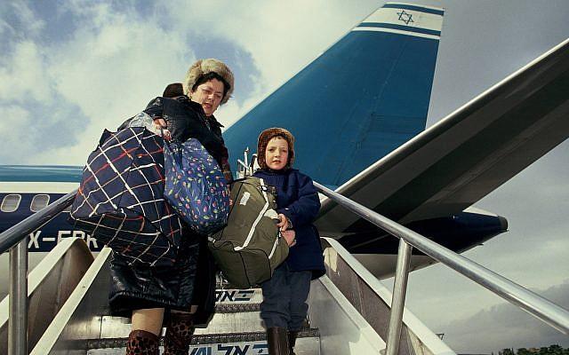 Inmigrantes rusos que llegaron a Israel en 1990. (Moshe Shai / Flash90)