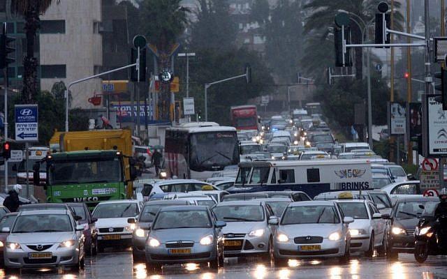 En esta foto sin fecha, las fuertes inundaciones del río Ayalon causan atascos en Tel Aviv (Flash90)