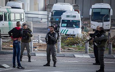 Las fuerzas de seguridad israelíes controlan a un hombre palestino en la entrada del campo de refugiados Shuafat en Jerusalén Este el 2 de diciembre de 2015. (Hadas Parush / Flash90)