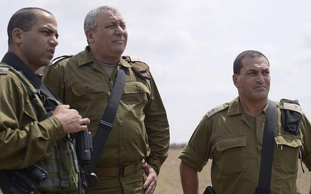 El Jefe de Estado Mayor de las FDI Gadi Eisenkot, centro, visita la División de Gaza con el Coronel Yaakov 'Yaki' Dolef y jefe del Comandante General Mayor General Eyal Zamir en el sur de Israel el 30 de agosto de 2016. (Portavoz de las FDI)