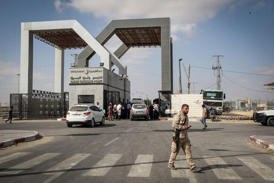 Los palestinos esperan para cruzar a Egipto a través del cruce fronterizo de Rafah en el sur de la Franja de Gaza, el 16 de agosto de 2017. (Abed Rahim Khatib / Flash90)