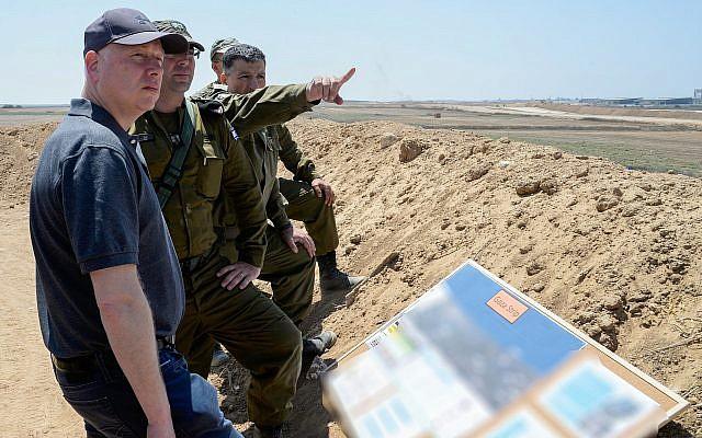 Jason Greenblatt (L), enviado de paz de EE. UU., Es visto durante una visita a la frontera entre Israel y la Franja de Gaza el 30 de agosto de 2017. (David Azagury / Embajada de EE. UU. En Tel Aviv / Flash90)