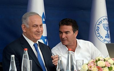 El primer ministro Benjamin Netanyahu (izquierda) y el Mossad encabezan a Yossi Cohen durante un brindis por el Año Nuevo judío el 2 de octubre de 2017. (Haim Zach / GPO)