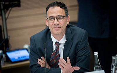 El fiscal estatal Shai Nitzan asiste a una reunión del Comité de Asuntos del Interior en la Knesset en Jerusalén, el 21 de noviembre de 2017. (Yonatan Sindel / Flash90)